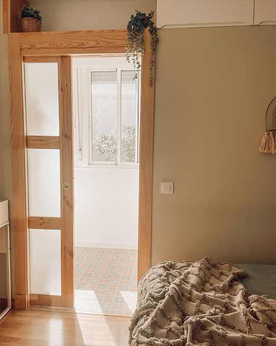 Puerta corredera con apliqué y 3 ventanas ACOSTA - Alto 205 x Largo 93 cm - MDF natural