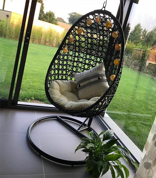 Cadeira suspensa YOKOHAMA em resina entrelaçada preta